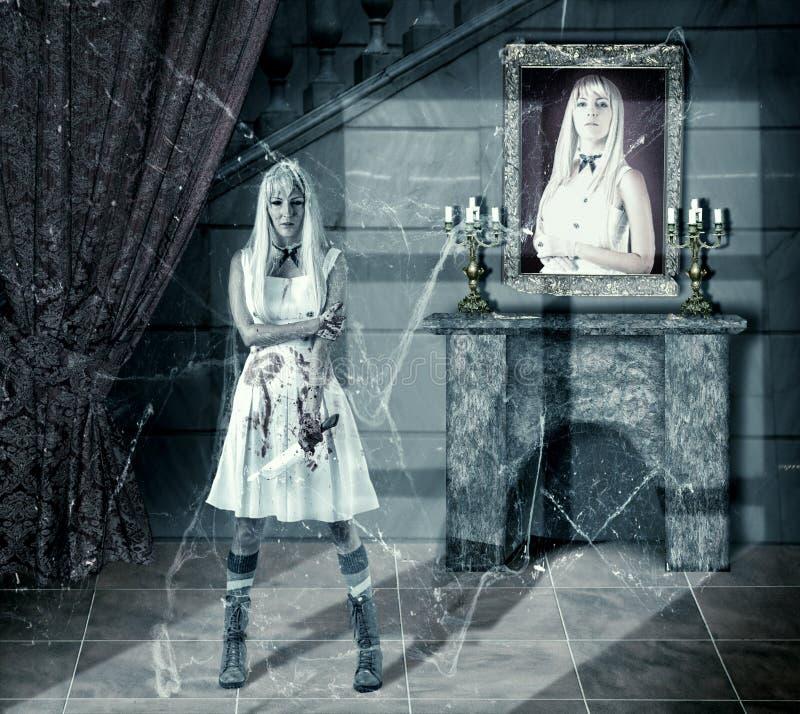 Jeune femme de zombi avec le couteau de sang images libres de droits