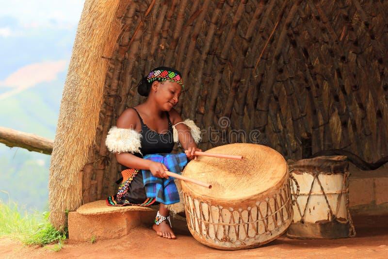 Jeune femme de zoulou jouant des tambours en Afrique du Sud photo stock