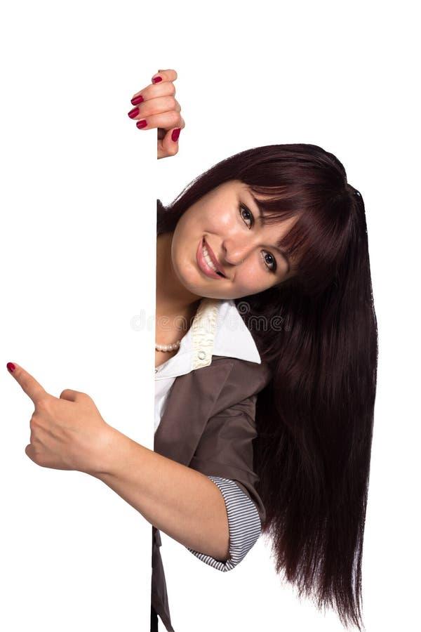 Jeune femme derrière l'espace de copie et le doigt de pointage images stock