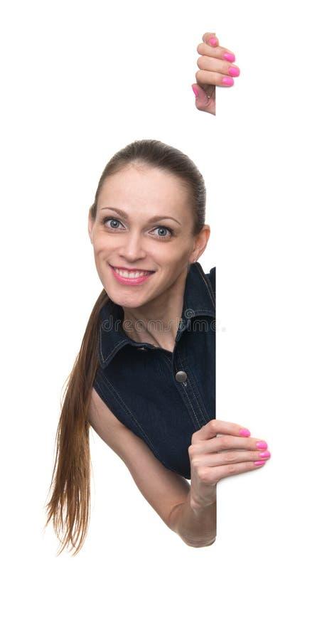 Jeune femme derrière le conseil blanc vide images stock