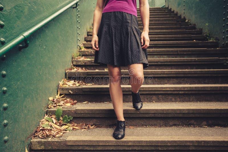 Download Jeune Femme Descendant Des Escaliers Image stock - Image du fille, outdoors: 45370507
