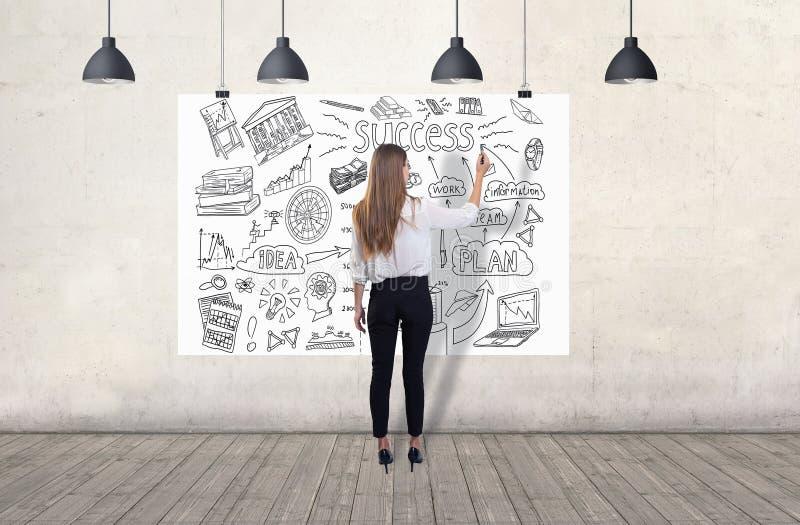 Jeune femme dessinant un croquis d'affaires 3d rendent des ?l?ments en collage photos libres de droits