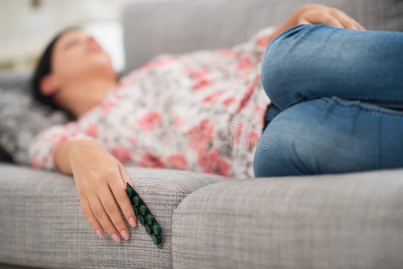 Jeune femme dormant avec le paquet de pillules image libre de droits