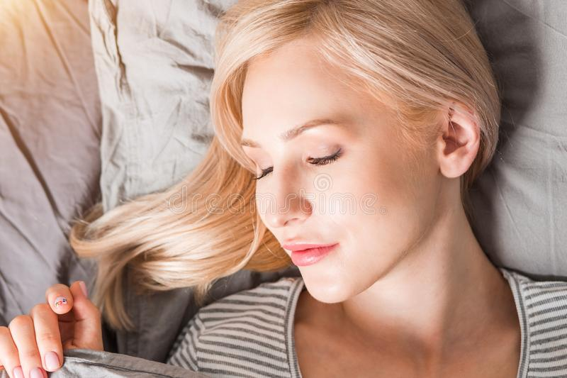 Jeune femme dormant dans le b?ti photographie stock libre de droits