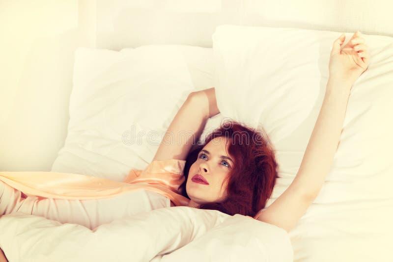 Download Jeune Femme Dormant Sur La Literie Blanche Dans Le Lit à La Maison Image stock - Image du bedroom, modèle: 87702877