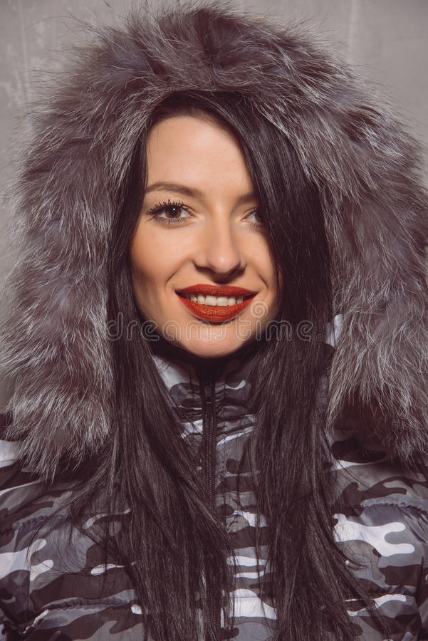 Jeune femme douce dans la veste chaude d'hiver avec le capot de fourrure photos libres de droits