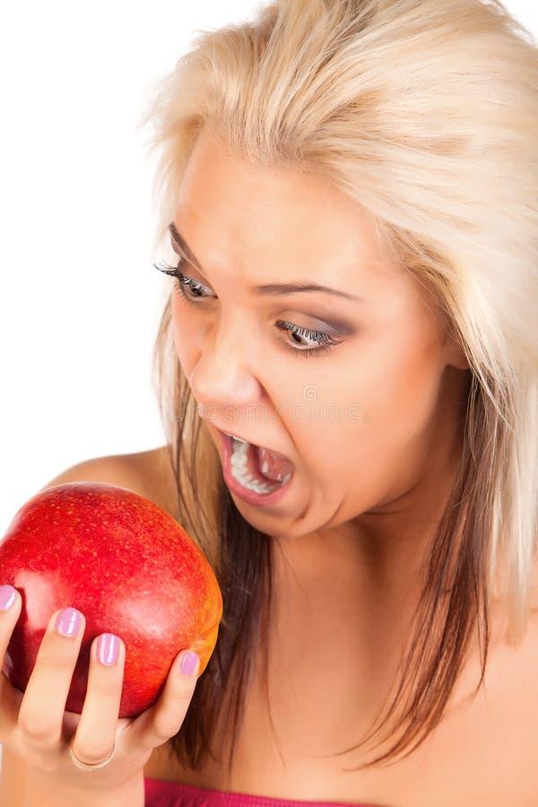 Jeune femme drôle avec la pomme à disposition photos stock