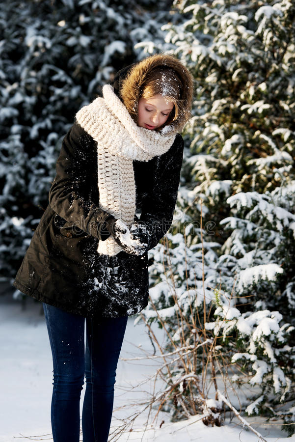 Jeune femme effectuant la boule de neige photo stock
