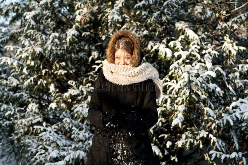 Jeune femme effectuant la boule de neige images stock
