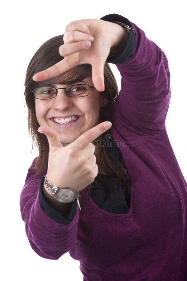 Jeune femme effectuant la trame de film avec ses mains photographie stock libre de droits