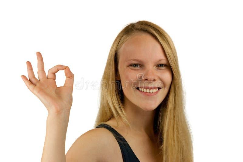 Jeune femme effectuant le geste EN BON ÉTAT photographie stock libre de droits