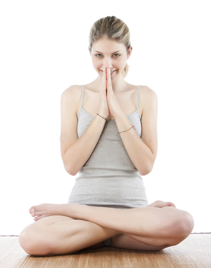 Jeune femme effectuant le yoga photo stock