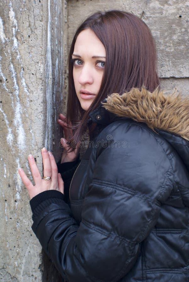 Jeune femme effrayée images stock