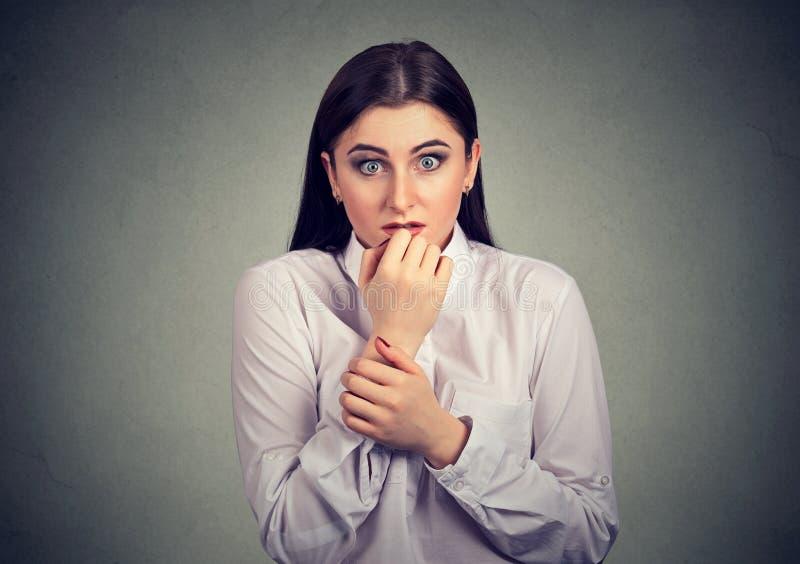 Jeune femme effrayée ayant la phobie images stock