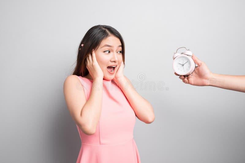 Jeune femme effrayée regardant l'appareil-photo au-dessus du fond blanc images stock