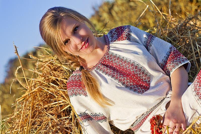 Jeune femme en été photographie stock