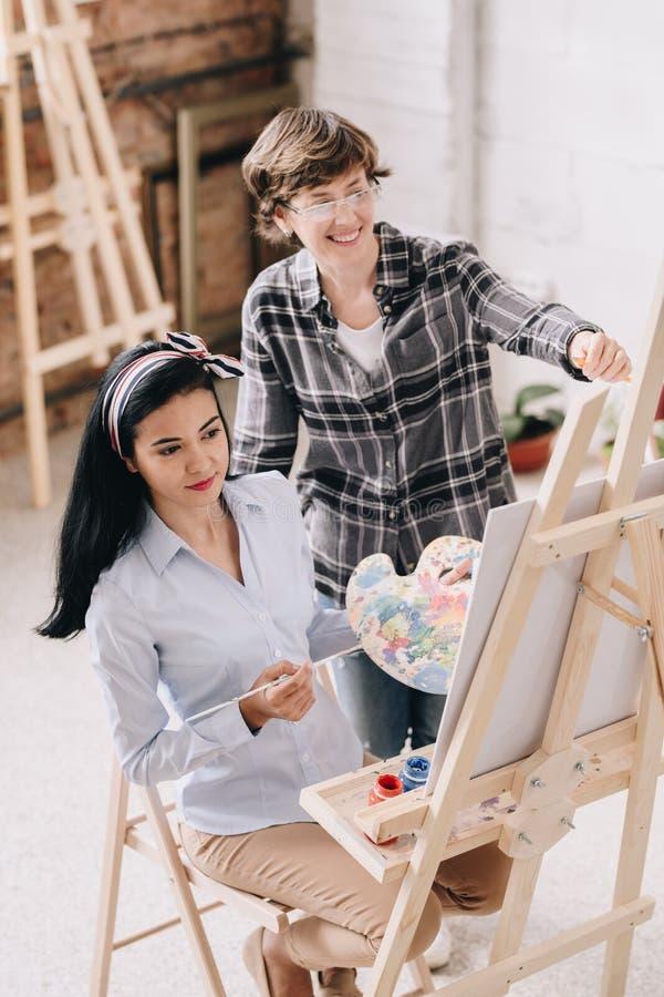 Jeune femme en Art Class photographie stock libre de droits