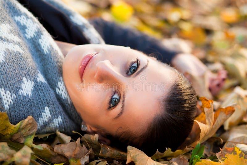 Jeune femme en automne image libre de droits