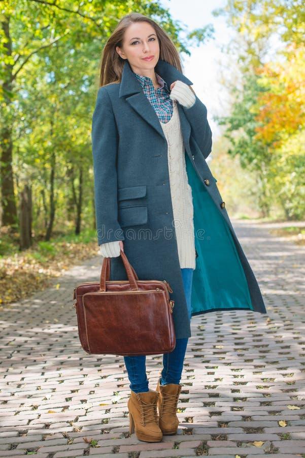 Download Jeune Femme En Autumn Season Attire à La Voie Photo stock - Image du femme, heureux: 45355106