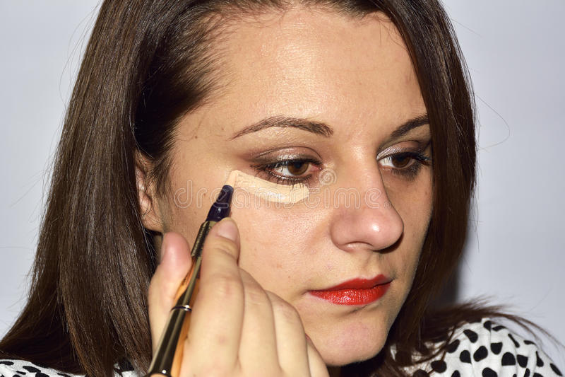 Jeune femme en ayant le maquillage professionnel après le maquilleur images libres de droits