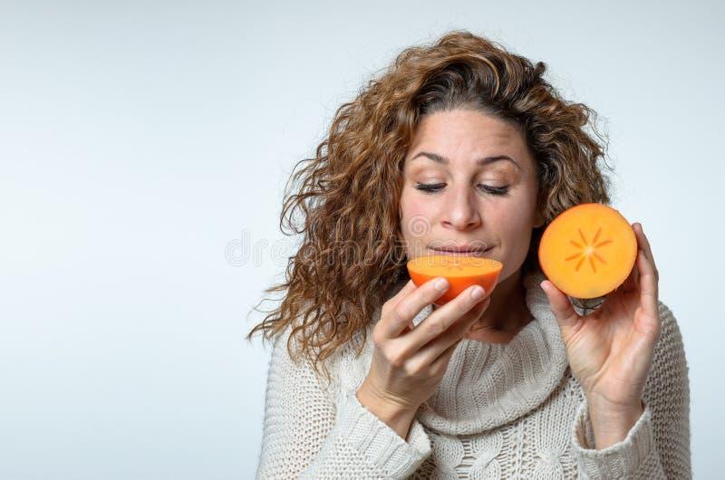 Jeune femme en bonne santé appréciant un kaki images stock