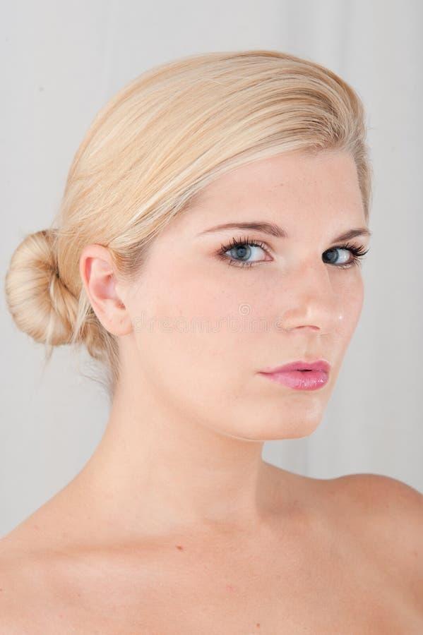 Jeune femme en bonne santé avec la peau pure photographie stock libre de droits