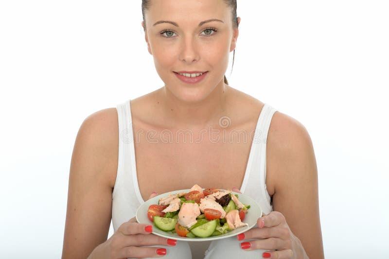 Jeune femme en bonne santé tenant un plat de Salmon Salad image stock
