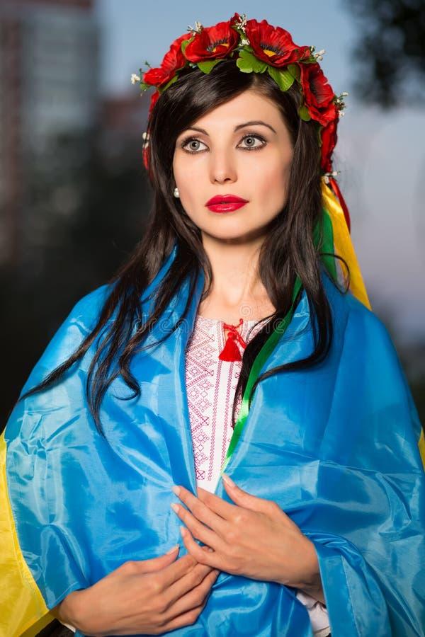 Jeune femme en guirlande images libres de droits