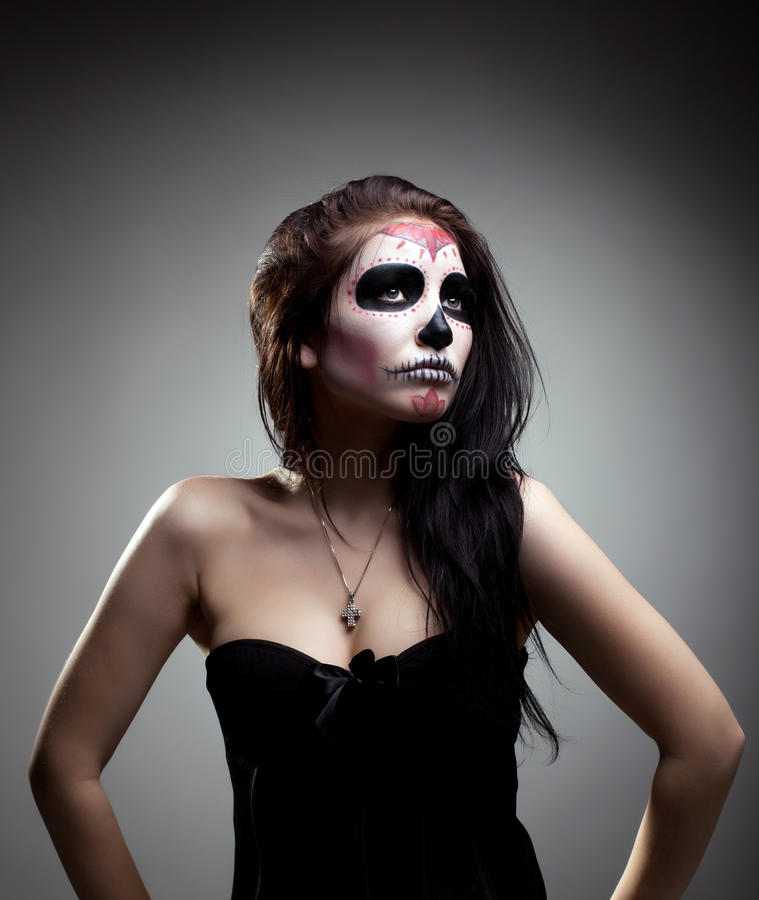 Jeune femme en jour de l'art mort de visage de crâne de masque photos stock