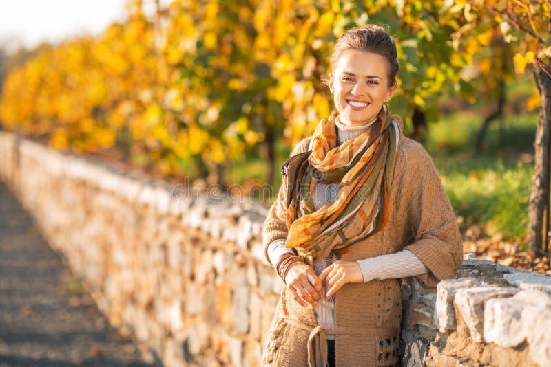 Jeune femme en parc d'automne images stock