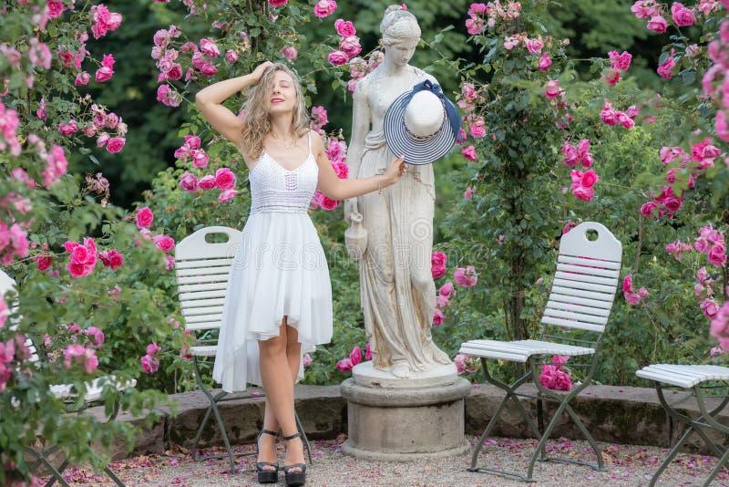 Jeune femme en parc des roses image libre de droits
