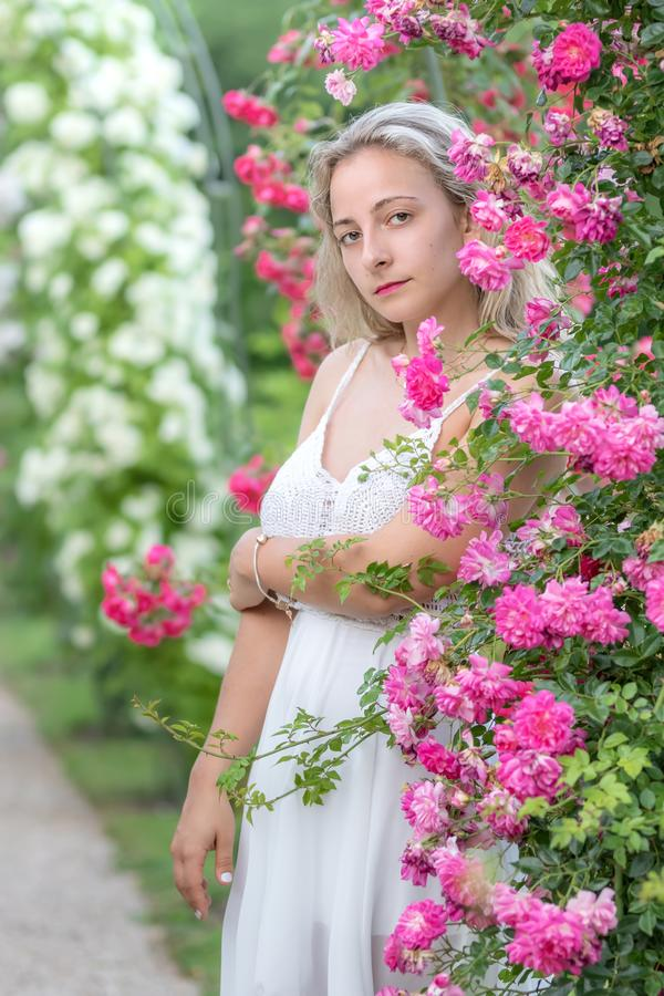 Jeune femme en parc des roses photos libres de droits