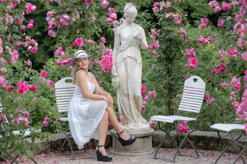 jeune femme en parc des roses photo libre de droits