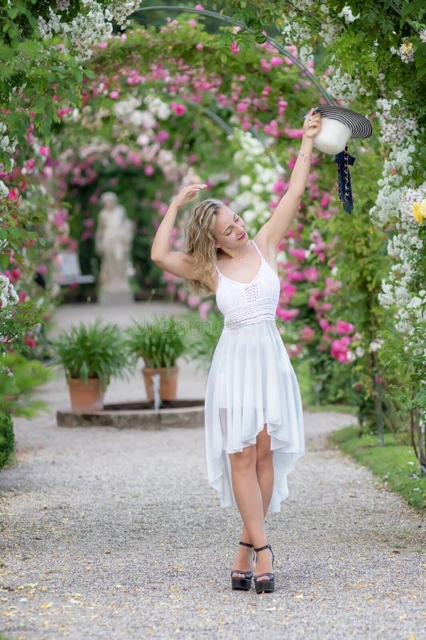 Jeune femme en parc des roses images stock