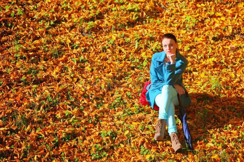 Jeune femme en parc extérieur d'automne de dépression photographie stock