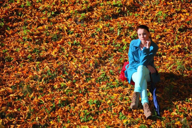 Jeune femme en parc extérieur d'automne de dépression photos stock