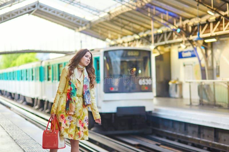 Jeune femme en souterrain parisien images stock