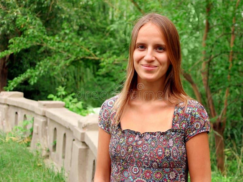 Jeune femme en stationnement images libres de droits