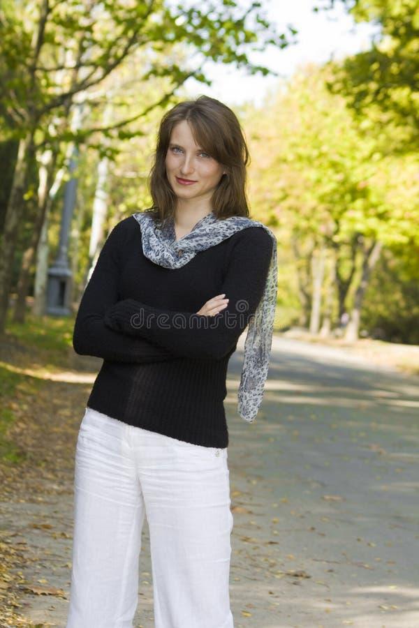 Jeune femme en stationnement photographie stock