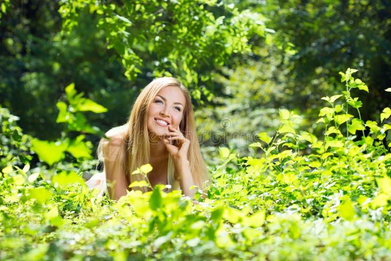 Download Jeune Femme En Stationnement Photo stock - Image du beau, personne: 77154632