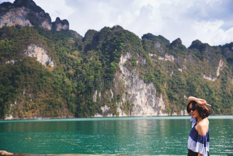 Jeune femme en tissu d'été se tenant et regardant à l'océan images stock