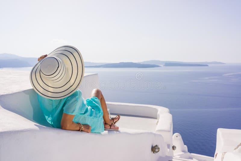 Jeune femme en vacances, ville de Santorini Oia photo stock