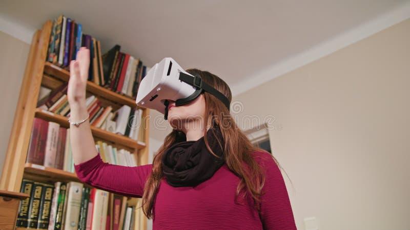 Jeune femme en verres de réalité virtuelle images stock