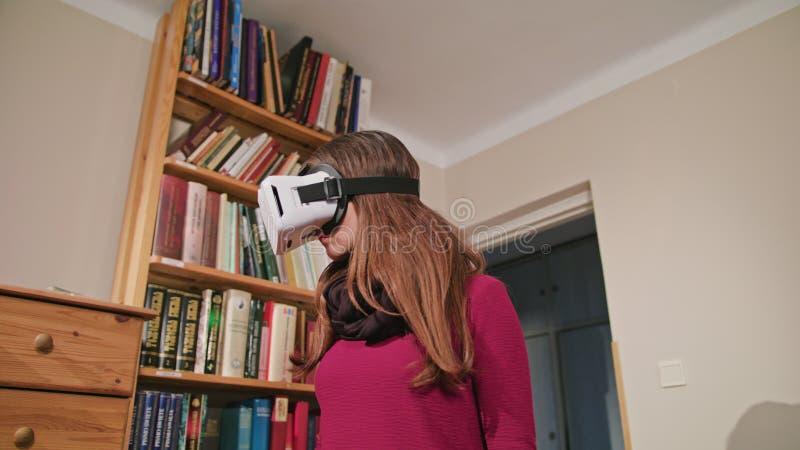 Jeune femme en verres de réalité virtuelle photographie stock libre de droits