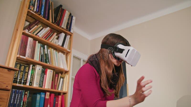 Jeune femme en verres de réalité virtuelle images libres de droits