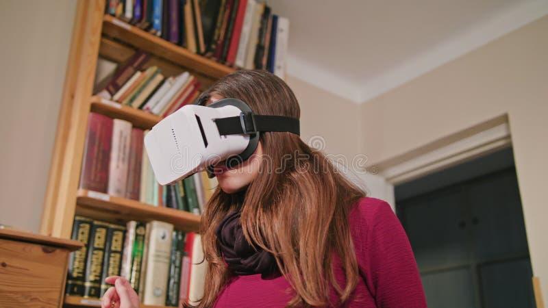 Jeune femme en verres de réalité virtuelle photographie stock