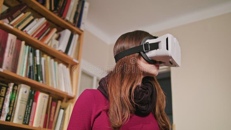 Jeune femme en verres de réalité virtuelle photo libre de droits