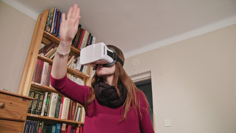 Jeune femme en verres de réalité virtuelle image stock