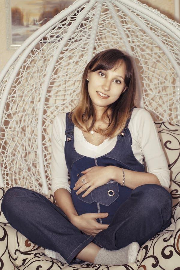 Jeune femme enceinte photos libres de droits
