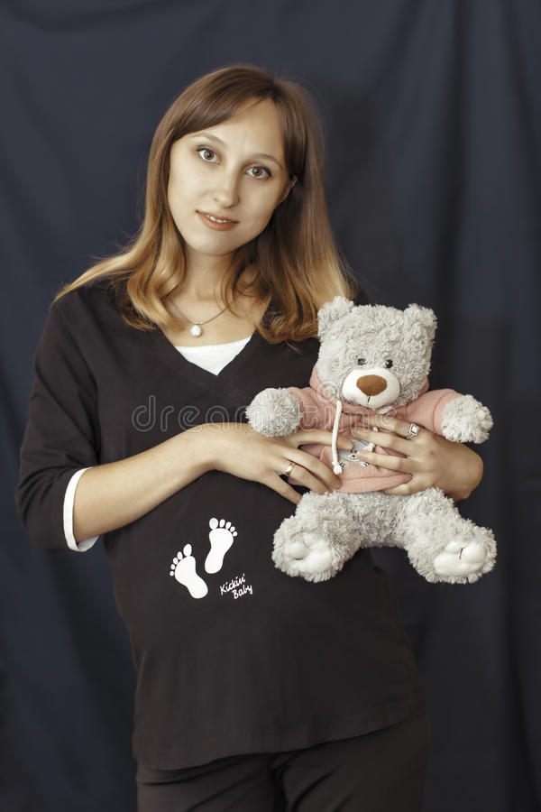 Jeune femme enceinte photographie stock libre de droits